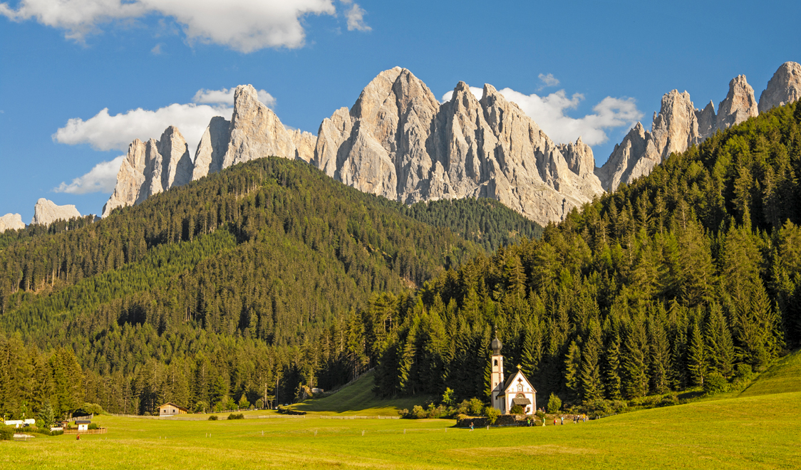 27-places-in-italy-that-dont-look-real-chiesetta-san-giovanni-val-di-funes-alto-adige-italia