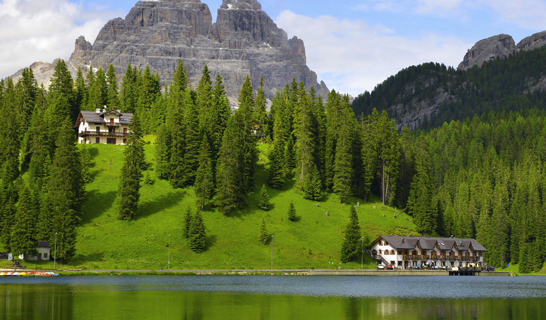 27-places-in-italy-that-dont-look-real-misurina-lake