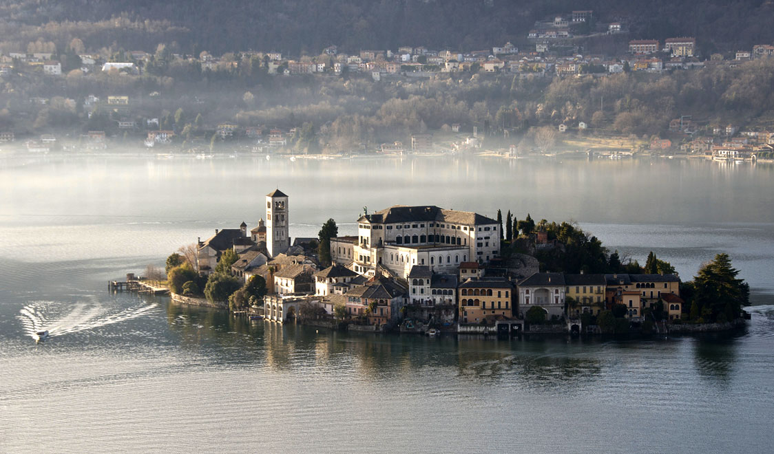 27-places-in-italy-that-dont-look-real-orta-san-giulio-piedmont
