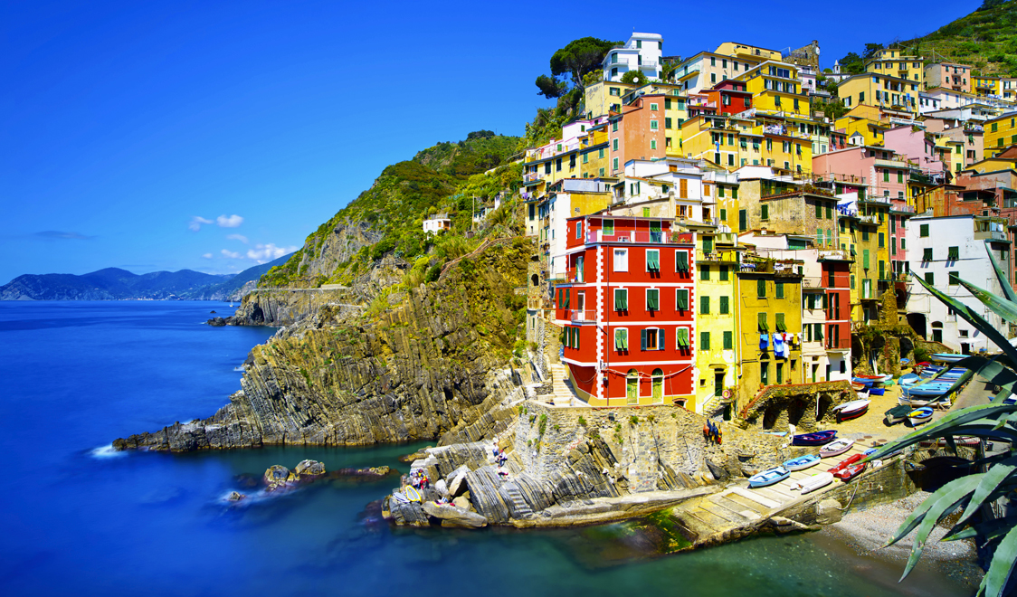 27-places-in-italy-that-dont-look-real-riomaggiore-cinque-terre