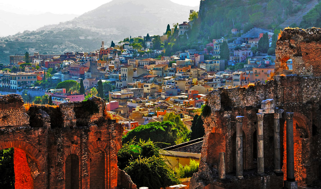 27-places-in-italy-that-dont-look-real-taormina-sicily