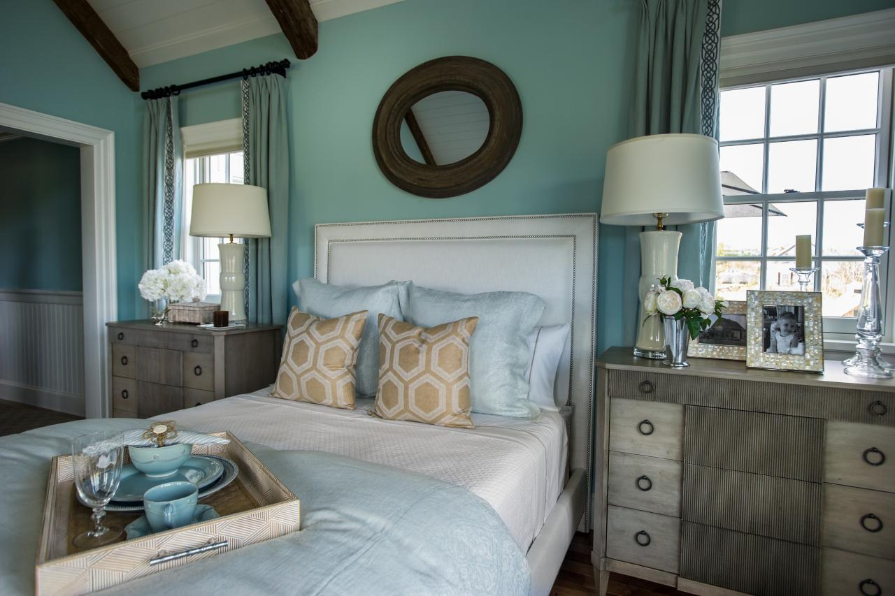 dh2015_master-bedroom_beaded-headboard-gold-blue-bedding_h.jpg.rend.hgtvcom.1280.853