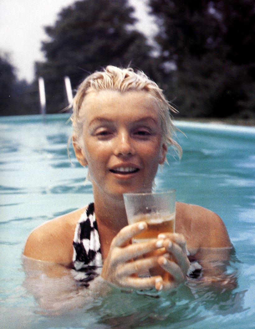MarilynMonroe_ConnecticutPool-MiltonGreene_Jun-1955_03