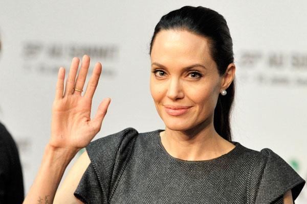 Джоли усыновила седьмого ребенка